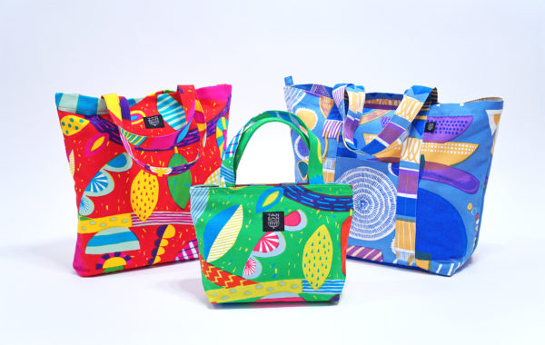 【2018_TANSAN TEXTILEの新作テキスタイルバッグ】 新柄のバッグが仕上がってきました。うずまきフラワーやランプフラワーの大胆な図案は、切り取られどの大きさのバッグでもあなたの特別な一つになります。色の重なりが美しく、鮮やかなバッグに仕上がりました。