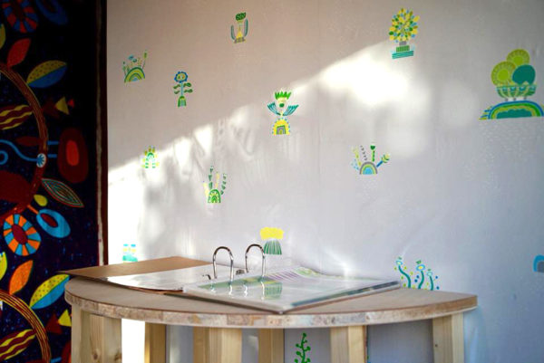 開催中の炭酸デザイン室展では、壁紙ブランド「WhO」さんにご協力頂き、10月にクリエーターリリースされた炭酸デザイン室のウォールペーパーもディスプレイしています。 お越しの際は是非確かめてみてください。 http://whohw.jp